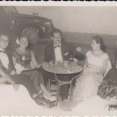 Fotografía antigua: FOTOGRAFIA FOTO ARTISTICA AMIGOS EN TERRAZA BAR VENDRELL 1953 COCHE . Lote 182406976