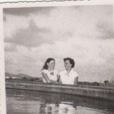 Fotografía antigua: FOTOGRAFIA FOTO ARTISTICA MUJERES AMIGAS POSANDO EN UNA FUENTE DEL VENDRELL 1952. Lote 182407356