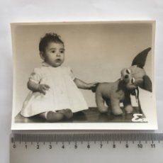 Fotografía antigua: FOTO. BEBE CON PELUCHE. FOTÓGRAFO?. H. 1970?.. Lote 182576328