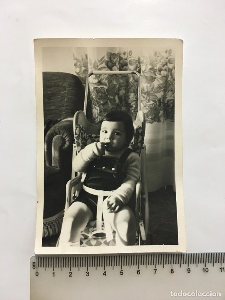 FOTO. BEBE SENTADO EN LA TRONA. FOTÓGRAFO?. H. 1970?. (Fotografía - Artística)
