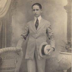 Fotografía antigua: FOTOGRAFIA FOTO TARJETA POSTAL HOMBRE POSANDO CON SOMBRERO. Lote 182724053