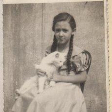 Fotografía antigua: FOTOGRAFIA FOTO NIÑA CON GATO EN BRAZOS DEDICATORIA A SU TIA EN LA PARTE TRASERA. Lote 182898361