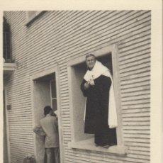 Fotografía antigua: FOTOGRAFIA FOTO ARTISTICA CURA FRAILE EN UNA BENTANA - FOTO DEDICADA 1966. Lote 182959345