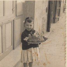 Fotografía antigua: FOTOGRAFIA FOTO ARTISTICA NIÑA CON PASTEL - FOTO DEDICADA. Lote 182959440