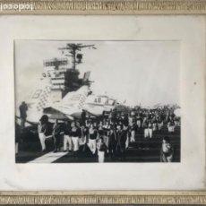 Fotografía antigua: FOTOGRAFÍA DELS NENS DEL VENDRELL VISITA A PORTAAVIONES AMERICANO. GUIXENS. CASTELLERS. . Lote 183656695