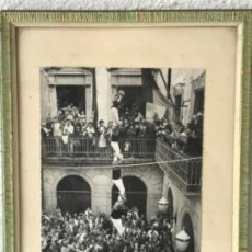 Fotografía antigua: FOTOGRAFÍA DELS CASTELLERS DELS NENS DEL VENDRELL PILAR DE SIS. 1950'S. FOTO GUIXENS.. Lote 183658511