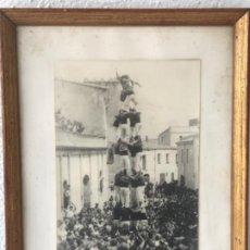 Fotografía antigua: FOTOGRAFÍA DE LLORENÇ DEL PENEDES FESTA MAJOR 1948. CASTELLERS NENS VENDRELL. GUIXENS. . Lote 183659856