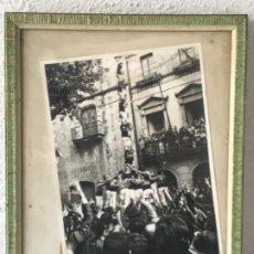 Fotografía antigua: FOTOGRAFÍA CASTELLERS NENS DEL VENDRELL. PRIMER PILAR DE SET. 1969. FOTO GUIXENS. . Lote 183660798