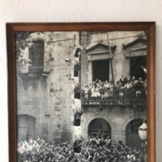 Fotografía antigua: GRAN FOTOGRAFÍA DELS CASTELLERS NENS DEL VENDRELL 1969. PRIMER PILAR DE 6 DESCARGADO. FOTO GUIXENS.. Lote 183665266