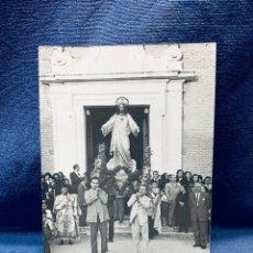 Fotografía antigua: FOTOGRAFIA PROCESION IGLESIA ALPAJES SAGRADO CORAZON FIGURA MITAD S XX ARANJUEZ 14X8,5CMS. Lote 183682205