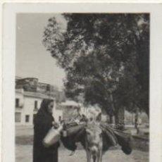 Fotografía antigua: FOTOGRAFIA DE RONDA. MALAGA. ESCENAS CORRIENTES. FOTO LOZANO. 8,8X6 CM. FOTSEV-915. Lote 184096680