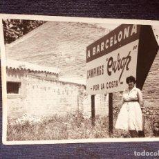 Fotografía antigua: FOTOGRAFIA MUJER POSANDO CON CARTEL A BARCELONA CAMPINGS EUROP POR LA COSTA 7,5X10,5CMS. Lote 184106478