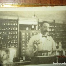 Fotografía antigua: ANTIGUA BOTICA FARMACIA DE ALICANTE PREPARANDO RECETA MAGISTRAL CIRCA 1930. Lote 184259042