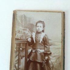 Fotografía antigua: ANTIGUA FOTOGRAFIA DE ESTUDO DE UNA NIÑA CIRCA 1900 - MEDIDA: 9,3 X 6,3 CM. Lote 184348847