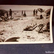 Fotografía antigua: ANTIGUA FOTOGRAFÍA PLAYA BAÑISTAS SOMBRILLAS ESPAÑA MEDIADOS S XX . Lote 184432098