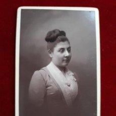 Fotografía antigua: CDV. RETRATO DAMA.FOTOGRAFIA GARANTIZADA INALTERABLE AL CARBON. 1888. Lote 185774002