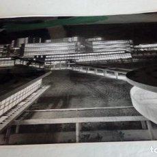 Fotografía antigua: FOTOGRAFÍA PAISAJE URBANO NOCTURNO A IDENTIFICAR. B / N 18 X 24 CM ESTUDIOS PANDO - MADRID. Lote 184735416