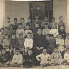 Fotografía antigua: == FM392 - FOTOGRAFIA - GRUPO DE NIÑOS CON UN RELIGIOSO - 18 X 12 CM.. Lote 186110915
