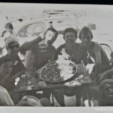 Fotografía antigua: FOTOGRAFÍA PLAYA CULLERA ? BENIDORM ? COMIENDO PAELLA SEAT SEISCIENTOS. Lote 186765655