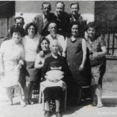 Fotografía antigua: == PN140 - FOTOGRAFIA - GRUPO FAMILIAR - 16 X 13 CM.. Lote 187094043