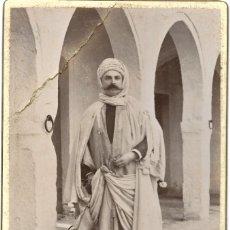 Fotografia antiga: FOTOGRAFÍA DE UN OCCIDENTAL VESTIDO DE MORO PRINCIPIOS SIGLO XX - FOTOGRAFO LEONARD GOBILLOT, TUNIS. Lote 187324303