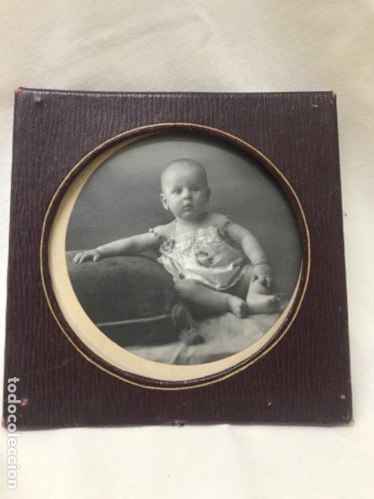 Fotografía antigua: Antigua foto redonda bebe medalla cojin y camison marco piel 12,4x12,4 cm - Foto 2 - 188465796