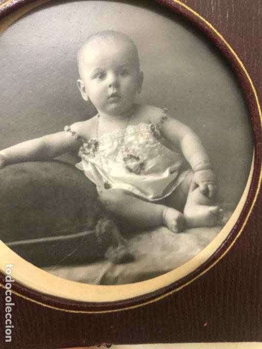 Fotografía antigua: Antigua foto redonda bebe medalla cojin y camison marco piel 12,4x12,4 cm - Foto 3 - 188465796