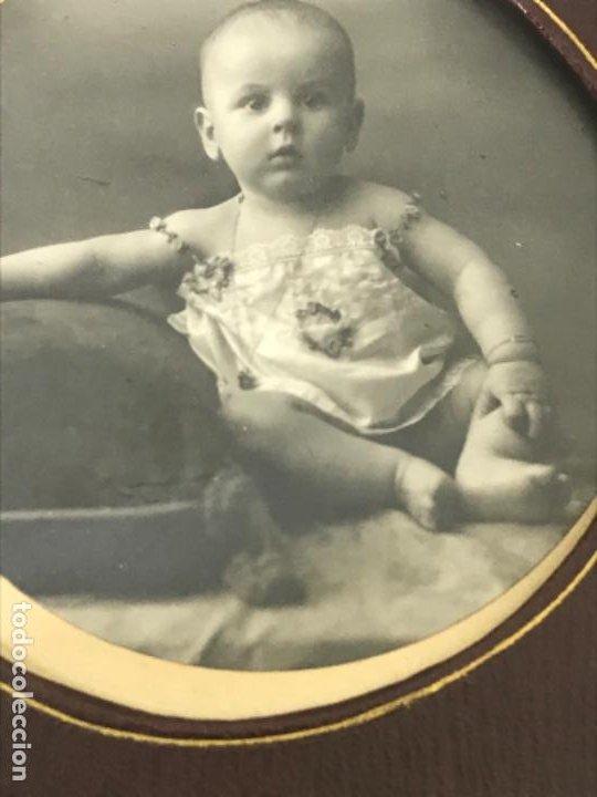 Fotografía antigua: Antigua foto redonda bebe medalla cojin y camison marco piel 12,4x12,4 cm - Foto 4 - 188465796