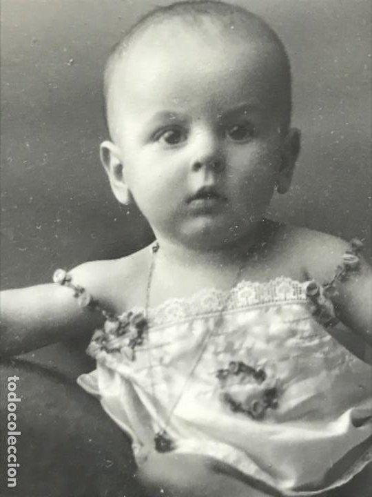 Fotografía antigua: Antigua foto redonda bebe medalla cojin y camison marco piel 12,4x12,4 cm - Foto 7 - 188465796