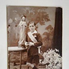 Fotografía antigua: NIÑO PRIMERA COMINION - ESTUDIO FOTOGRAFICO MODERN STUDI PELLICER - FOTO SOBRE CARTÓN DURO. Lote 188539982