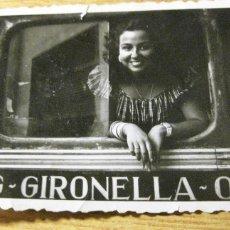 Fotografía antigua: ANTIGUA Y BONITA FOTOGRAFIA CHICA EN AUTOBUS PUIGREIG GIRONELLA 9 /5 CM. Lote 189471981