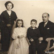 Fotografia antiga: == RR130 - FOTOGRAFIA - PAREJITA DE PRIMERA COMUNION CON SUS PADRES - FOTO ANT. FERRI - 23 X 17 CM.. Lote 189720500