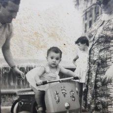 Fotografía antigua: FOTOGRAFIA NIÑA CON VESPA FOTO MIRO 1960 . Lote 190168917