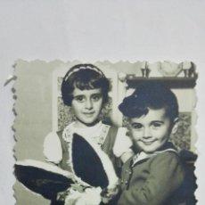Fotografía antigua: FOTOGRAFIA NIÑA Y NIÑO JUGANDO CON BURRITO AÑOS 50, MEDIDAS 6,5 X 8,5 CM. Lote 191929888