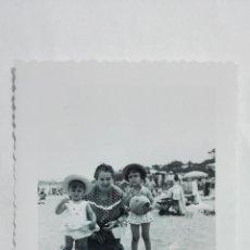 Fotografía antigua: FOTOGRAFIA NIÑAS CON LA ABUELA EN LA PLAYA, AÑOS 50, MEDIDAS 7 X 10 CM. Lote 191929933