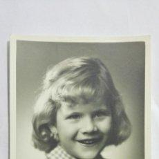Fotografía antigua: FOTOGRAFIA NIÑA POSANDO, AÑOS 50, MEDIDAS 7,5 X 11,5 CM. Lote 191930025
