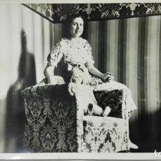 Fotografía antigua: FOTOGRAFIA SEÑORITA POSANDO CON UNA MUÑECA, AÑOS 50, MEDIDAS 18 X 13 CM. Lote 191930126