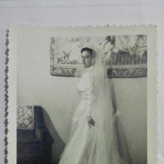 Fotografía antigua: FOTOGRAFIA SEÑORITA CON VESTIDO DE BODA, AÑOS 50, MEDIDAS 12,5 X 17,5 CM. Lote 191930218