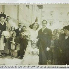 Fotografía antigua: FOTOGRAFIA RECIEN CASADOS, SALIENDO DE LA IGLESIA, AÑOS 50, MEDIDAS 17,5 X 11,5 CM. Lote 191930536
