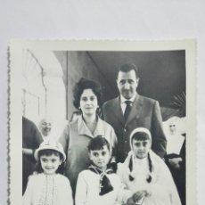 Fotografía antigua: FOTOGRAFIA NIÑOS VESTIDOS DE COMUNION POSANDO CON SUS PADRES, AÑOS 50, MEDIDAS 11,5 X 17,5 CM. Lote 191930817