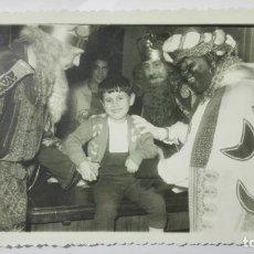 Fotografía antigua: FOTOGRAFIA NIÑO POSANDO CON LOS REYES MAGOS, AÑOS 50, MEDIDAS 17 X 11 CM. Lote 191930895