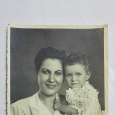Fotografía antigua: FOTOGRAFIA MAMA POSANDO CON BEBE, AÑOS 50, MEDIDAS 11,5 X 17,5 CM. Lote 191930966
