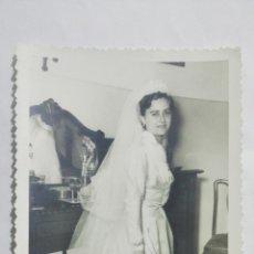 Fotografía antigua: FOTOGRAFIA SEÑORITA POSANDO CON VESTIDO DE BODA, AÑOS 50, MEDIDAS 11,5 X 17,5 CM. Lote 191931047