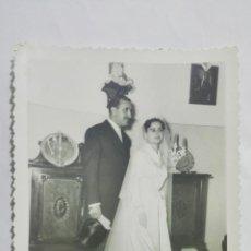 Fotografía antigua: FOTOGRAFIA NOVIOS POSANDO VESTIDOS DE BODA, AÑOS 50, MEDIDAS 11,5 X 17,5 CM. Lote 191931100