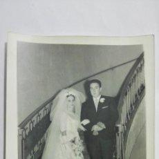 Fotografía antigua: FOTOGRAFIA NOVIOS POSANDO VESTIDOS DE BODA, AÑOS 50, MEDIDAS 13 X 18 CM. Lote 191931158