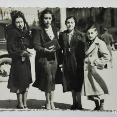 Fotografía antigua: FOTOGRAFIA TRES SEÑORITAS CON NIÑO POSANDO, AÑOS 50, MEDIDAS 13,5 X 8,5 CM. Lote 191931235