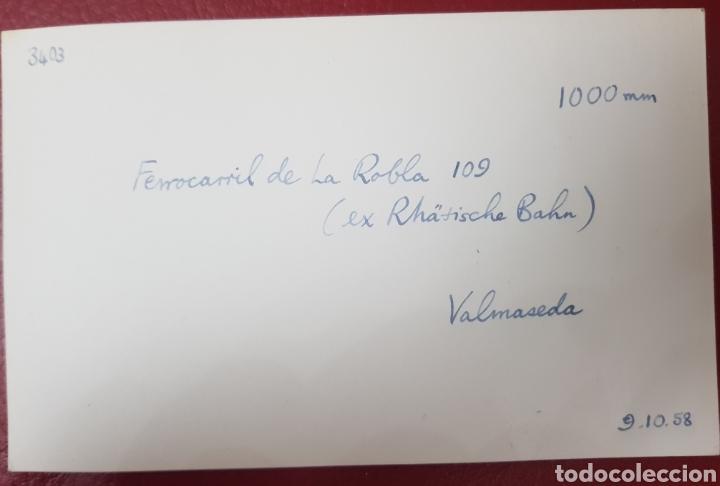 Fotografía antigua: FERROCARRIL LA ROBLA. VALMASEDA VIZCAYA. FOTOGRAFÍA ORIGINAL. LOCOMOTORA 109. 1958 - Foto 2 - 192755681