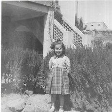 Fotografía antigua: == F323 - FOTOGRAFÍA - NIÑITA JUNTO A UN SETO. Lote 192867112