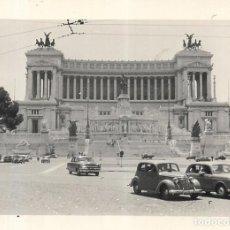 Fotografía antigua: == F717 - FOTOGRAFÍA - COCHES ANTIGUOS EN FRENTE DE UN GRAN MONUMENTO. Lote 192976036