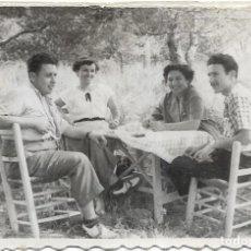 Fotografía antigua: == F1140 - FOTOGRAFÍA - GRUPO DE AMIGOS EN EL CAMPO. Lote 193074590